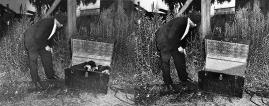 """Weegee - Brooklyn, le 5 Août 1936. inspection du tronc d'un corps poignardé dans un coffre & inspection du coffre. vide. Le tronc sorti resta plié. Weegee: """"l'appareil photo est une lampe d'Aladdin moderne"""""""