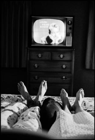 Cornell Capa © International Center of Photography USA. New York. Bronxville. 1959. Jack and Miriam in bed in Bronxville, watching Jack's show.