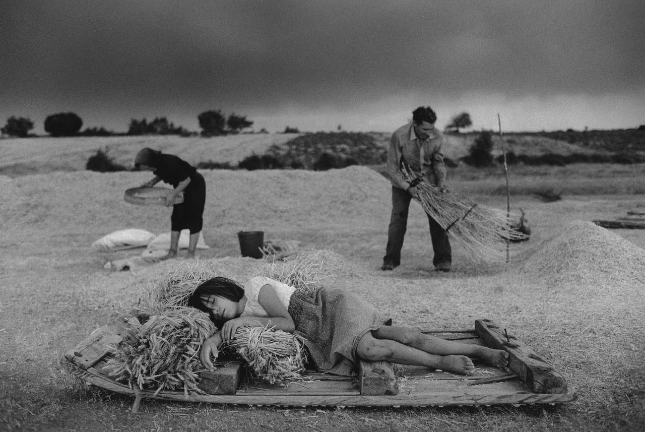 Cristina Garcia Rodero, In the fresh air, Escobar, Spain, 1988. dormir est éternel