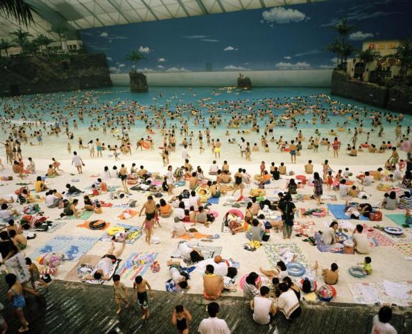 Martin Parr Japon. Miyazaki. La plage artificielle à l'intérieur de l'Ocean Dome. 1996.