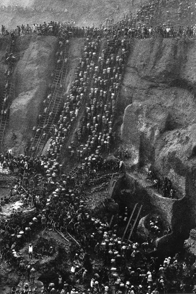 Sebastião Salgado  En remontant la Serra Pelada mine d'or, Brésil, 1986.
