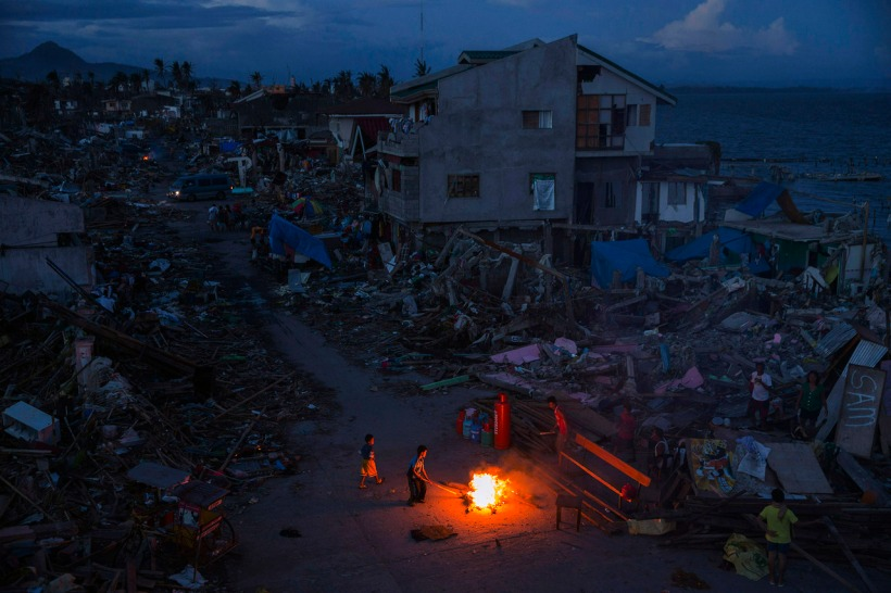 Sept jours de la tragédie-  Adam Dean Couvrant Typhon Haiyan TIME .