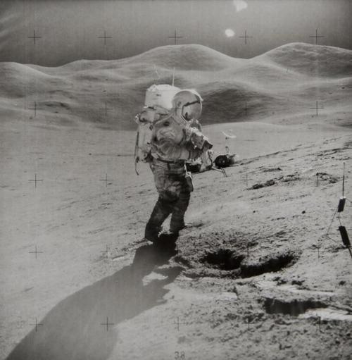 James Irwin - David Scott , Apollo 15, Août 1971. delta de Hadley, à 10,5 miles du pied de la chaîne des Apennins en arrière-plan.