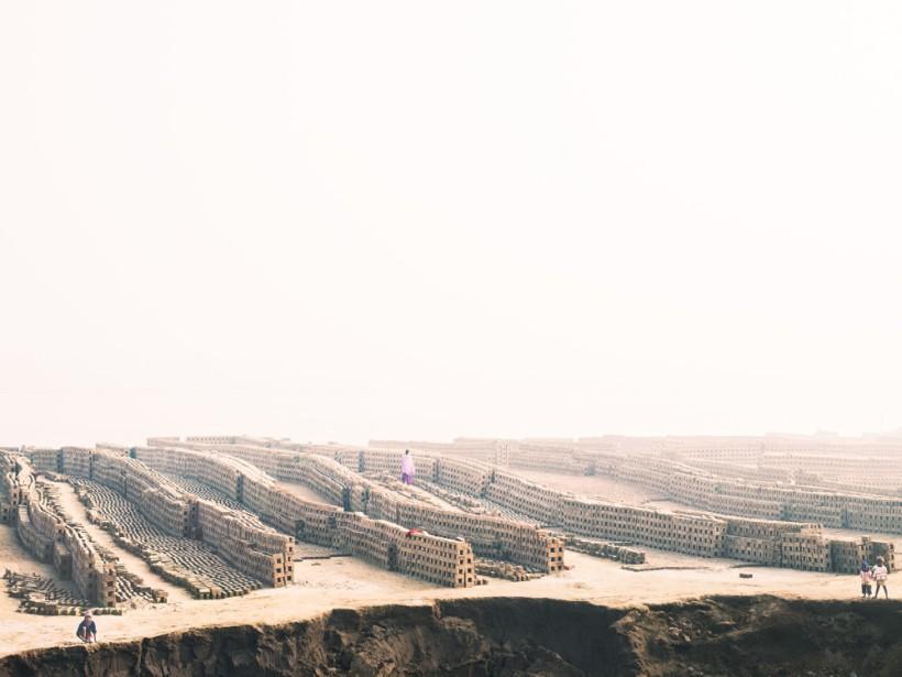 Image ci-dessus- © Caleb Cain Marcus, terre, briques, les humains et l'espace, 2013, du livre Déesse : Courtesy of Caleb Cain Marcus